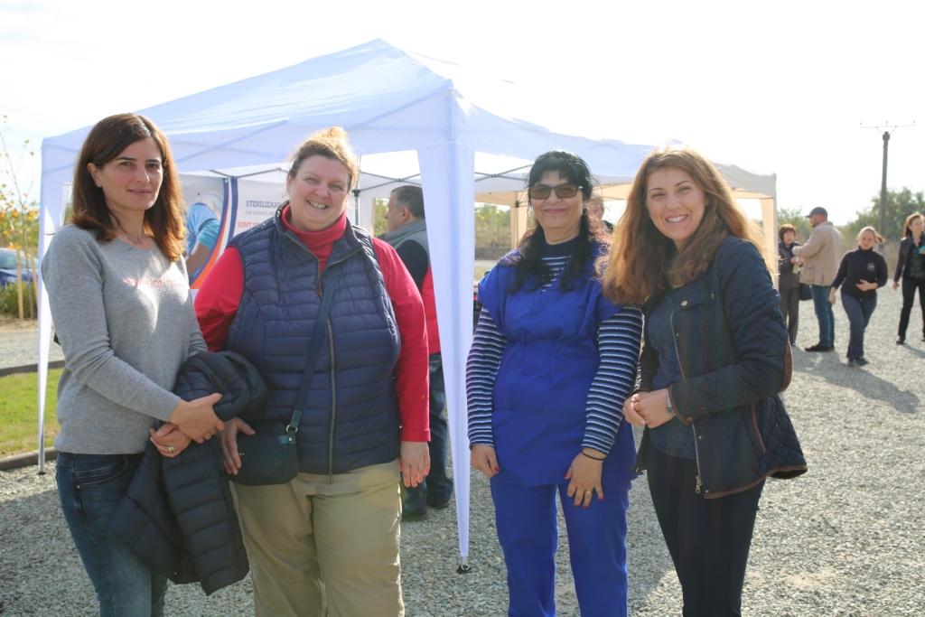La nostra veterinaria Daniela assieme a Silica, Ute e Mihaela dell'associazione STAAD